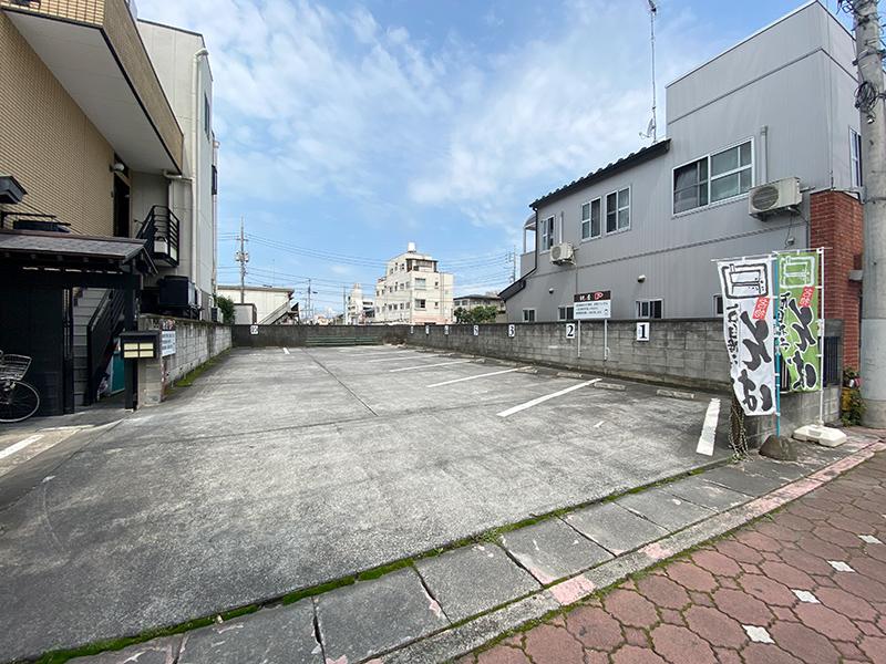店舗脇駐車場